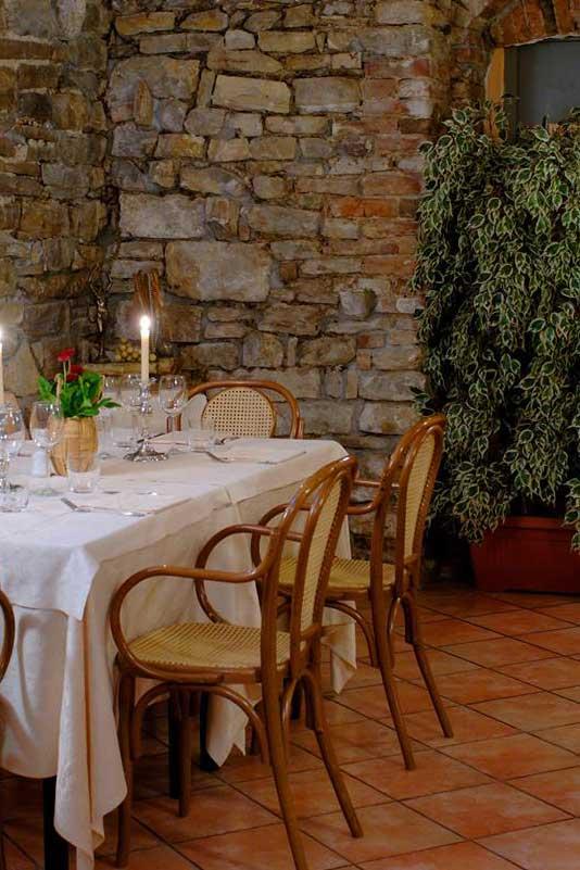trattoria-sant-ambroeus-ristorante-città-alta-bergamo-tavolo-taverna-pietra